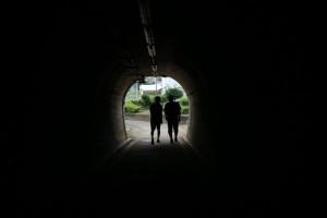 自転車道のトンネルを歩きました。