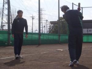野球が得意な利用者さんと職員でみなさんにバッティングを教えています。